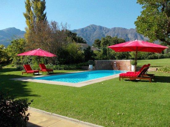 La Cle des Montagnes: Pool Area