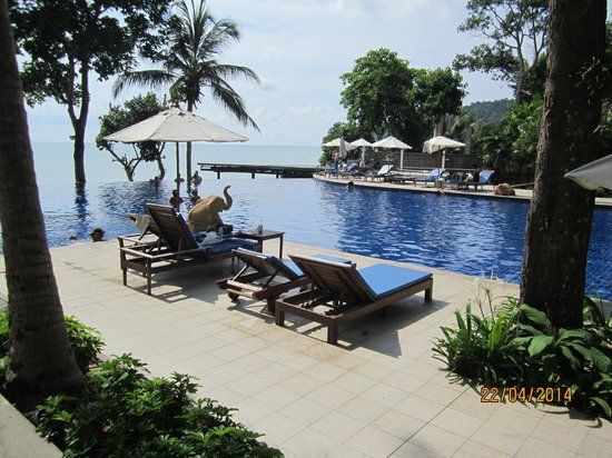 Chang Buri Resort and Spa: Swimming pool leading onto the beach