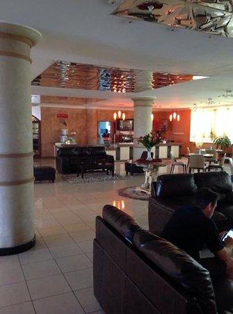 The Panari Hotel: Lounge area next to 3rd Floor restaurant