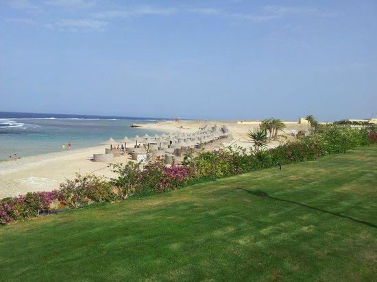 Concorde Moreen Beach Resort & Spa Marsa Alam: Spiaggia vista dai giardini