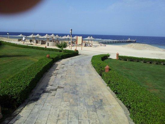 Concorde Moreen Beach Resort & Spa Marsa Alam: Pontile visto dai giardini