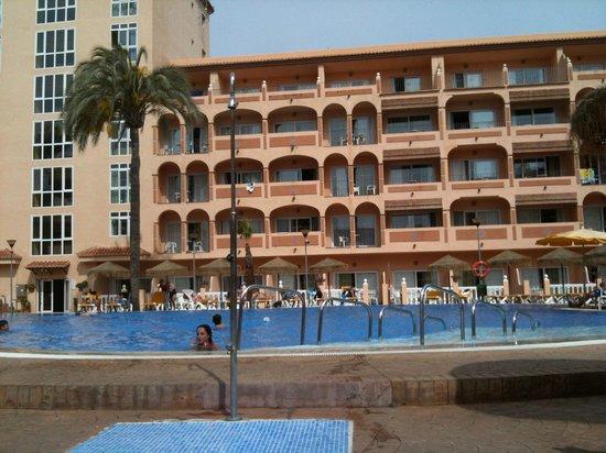 Bahia Tropical Hotel: Vue de l'hôtel côté piscine