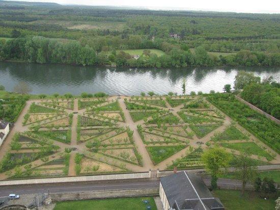Les Bords de Seine Hotel-Restaurant : Chateau de la Roche Guyon en haut du donjon vue sur le jardin potager