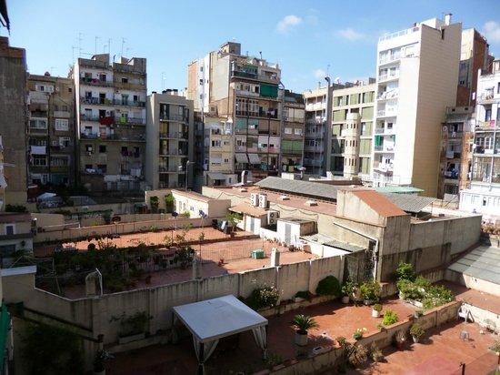 Hostal Ona Barcelona: Шикарный вид из окна