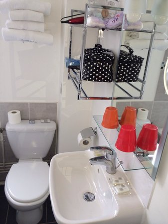 Hotel Villa Sorel: Salle de bains (sèche cheveu fourni)