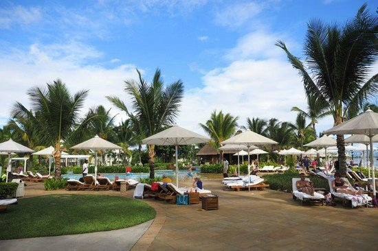 Sugar Beach Golf & Spa Resort : Relaxing on the deck chairs by the pool having cocktails
