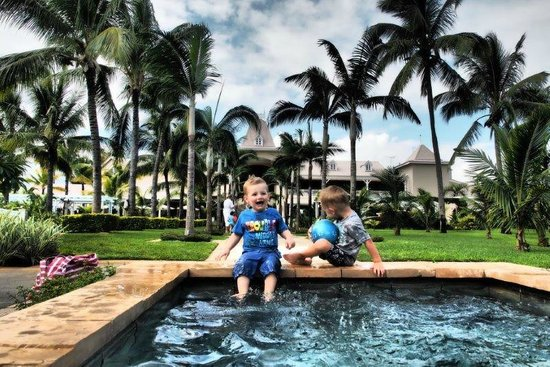 Sugar Beach Golf & Spa Resort : Kids playing in the water feature