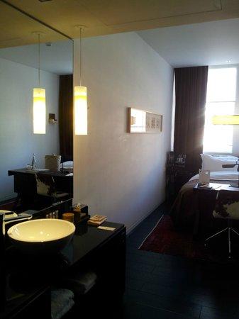 Sir Albert Hotel: vue chambre fenêtre rue