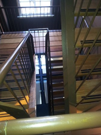 Sir Albert Hotel: escalier de l'hôtel