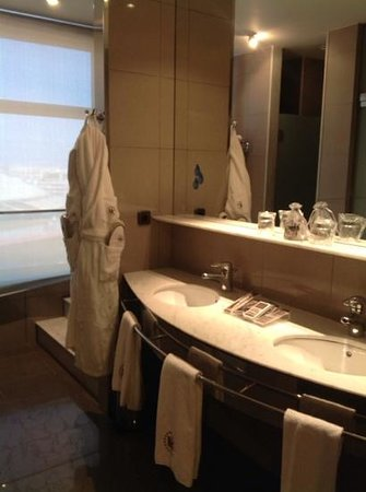 Catalonia Barcelona Plaza : Big bathroom: clean and comfortable