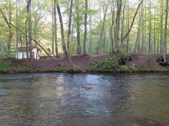 Riverbend Motel & Cabins: River behind the motel
