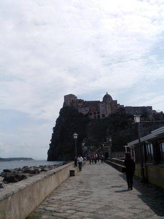 Castello Aragonese: Vista del Castello dal pontile