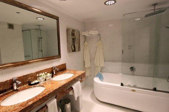 Hotel Balcón de Europa: Room - Bathroom