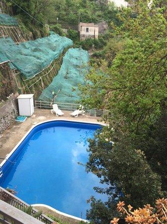 Albergo Residence Pucara: Dal salone cucina guardando la piscina direzione Maiori cioè il sud (mare)