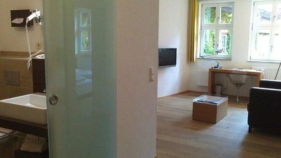 Hezelhof Hotel: Wohnraum/Bad
