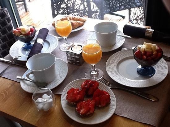 La Maison d Hotes d'Anne Fouquet : fantastic fresh and delicious breakfast prepared by Anne