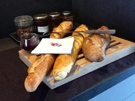 La Maison d Hotes d'Anne Fouquet : fresh bread and home made jam.