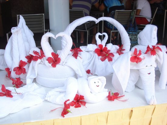 Iberostar Dominicana Hotel: Demostracion de armado de figuras con toallas