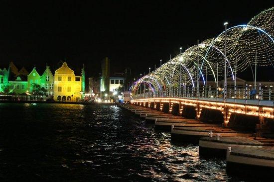 Königin-Emma-Brücke: Pontjesbrug bij nacht