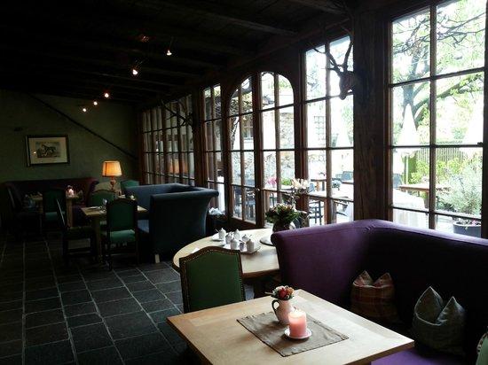 Romantik Hotel GMACHL: Aufenthaltsraum mit Blick in den hübschen Garten wo auch serviert wird