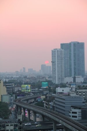 Eastin Grand Hotel Sathorn: Sunset over Bangkok