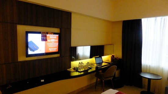 Atria Hotel Magelang: TV and desk in room
