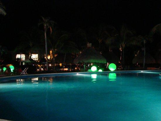 Ocean Breeze Riviera Maya Hotel: Piscina à noite