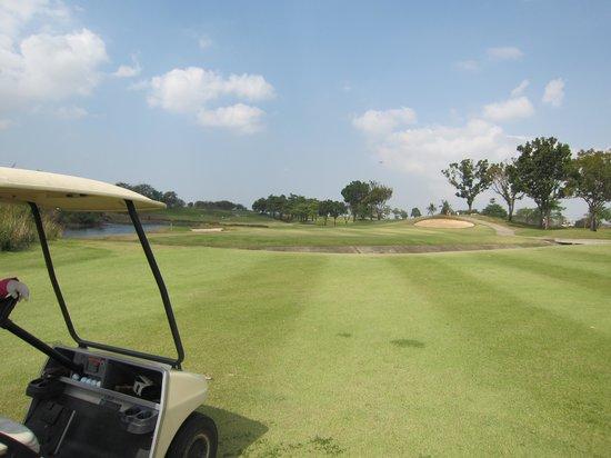 Burapha Golf & Resort: カート強制利用、池有り&クリーク有りでプレッシャかかる