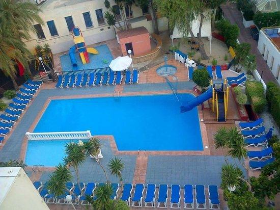 Hotel Magic Villa de Benidorm: View of Pool