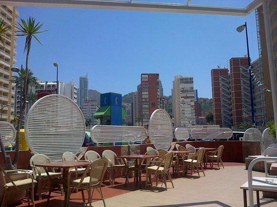 Hotel Magic Villa de Benidorm: Front Outdoor Seating Area