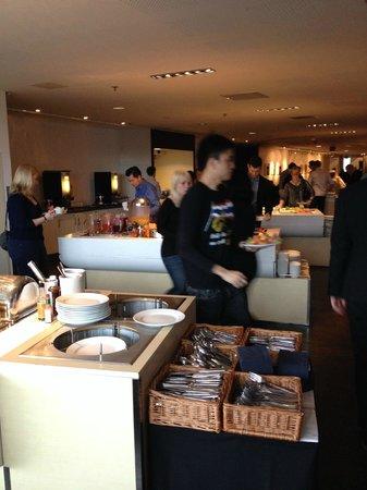 Clarion Hotel Stockholm: В столовой много людей