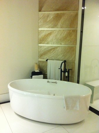 Keraton at The Plaza, a Luxury Collection Hotel : Bath tub