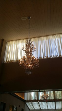 Econo Lodge Inn & Suites: Beautiful chandelier