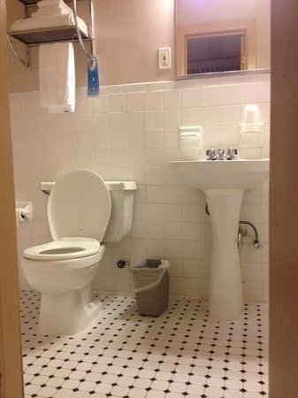 Wolcott Hotel: Bathroom 550