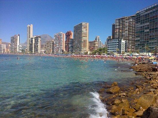 Hotel Magic Villa de Benidorm: View along the beach