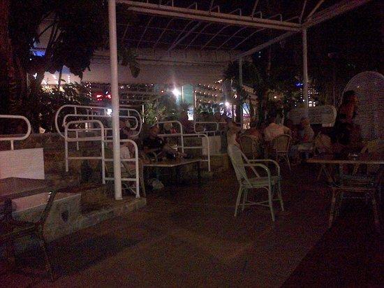 Hotel Magic Villa de Benidorm: Outdoor Seating at Night