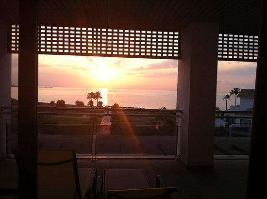 Hotel Fuerte Estepona : Salida del sol desde el dormitorio principal. Genial!!!
