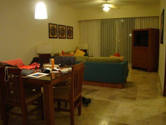 Ocean Breeze Riviera Maya Hotel: Sala do Quarto