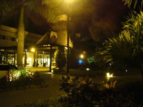 Ocean Breeze Riviera Maya Hotel: Recepção do Hotel à noite