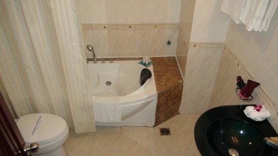 Hanoi City Palace Hotel : jacuzzi bathtub