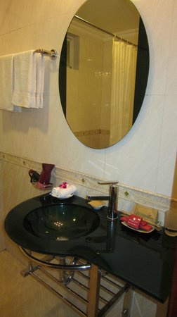 Hanoi City Palace Hotel : bathroom sink
