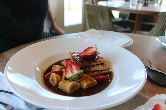 Lewinnick Lodge: mouthwatering Belgium waffles with toffee sauce and fresh fruits