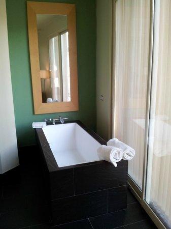 Hotel Room Mate Alicia: ванна для романтики