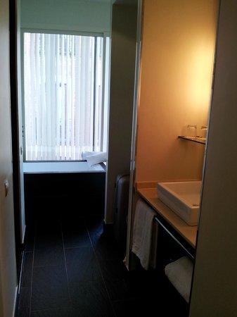 Hotel Room Mate Alicia: справа раковина, слева двери в душ и туалет