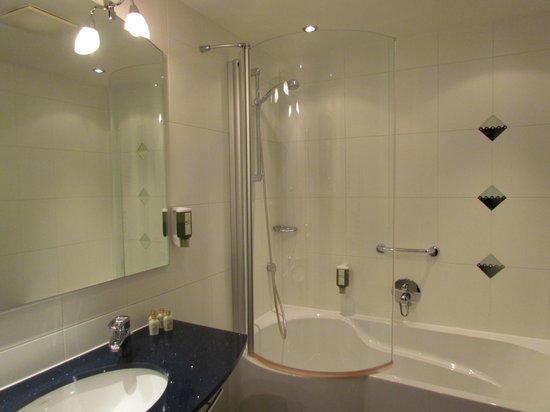Hotel Mondschein: Toalete e banheira separados.