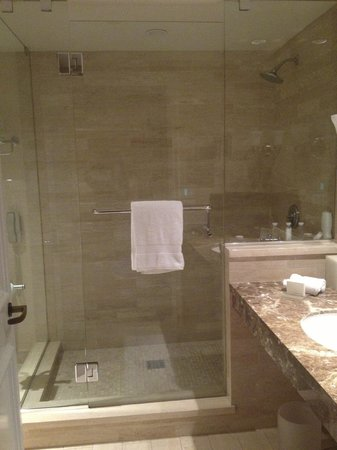 Four Seasons Hotel Los Angeles at Beverly Hills : The bathroom