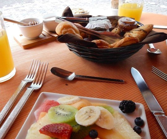 Imprevist: Fruit plate and pastry basket