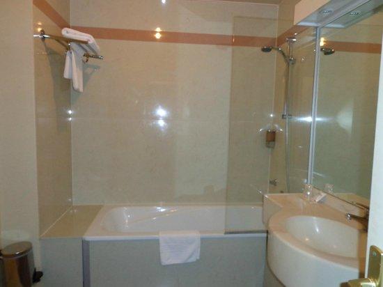 Campanile Orleans Centre Gare : salle de bain très bien avec linge de toilette