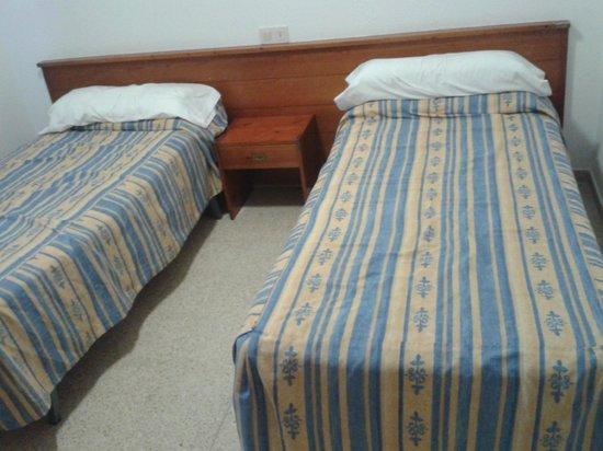 Els Llorers: dormitorio doble, existe posibilidad de solicitar cama de matrtimonio mail/telefono con anterior