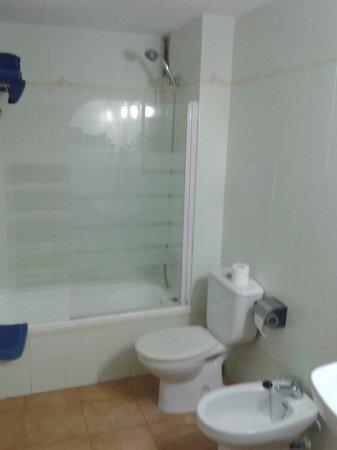 Els Llorers: Baño completo, bañera ,ducha y mampara de vidrio